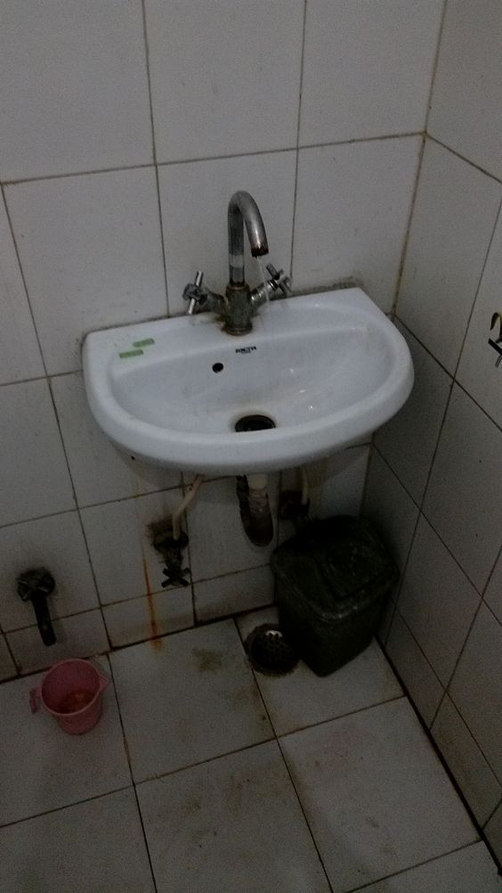 Insalubrious toilet in Agra hotel, Rose Home Stay