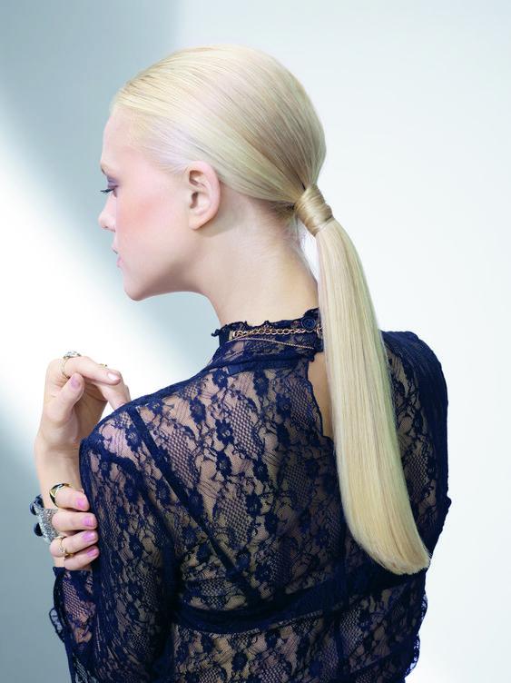 una chica rubia de espaldas luciendo una coleta muy larga