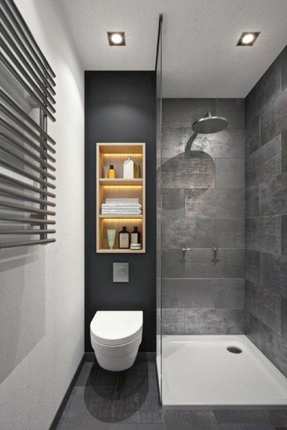 Toilet en douche dicht naast elkaar in kleine badkamer