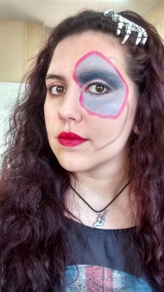 Caracterización de década para la clase de maquillaje.