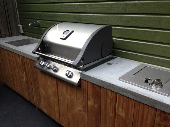 Buitenkeuken voorzien van inbouw bbq en kookplaat betonnen blad met gegoten gootsteen ontwerp - Barbecue ontwerp ...