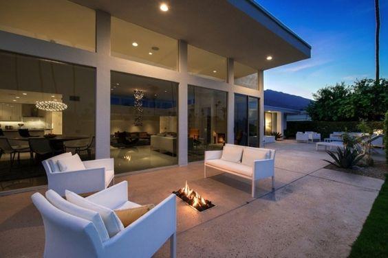 aménagement extérieur: mobilier blanc, éclairage réussi et foyer