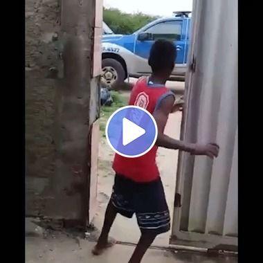 Garoto toma o maior susto com a policia