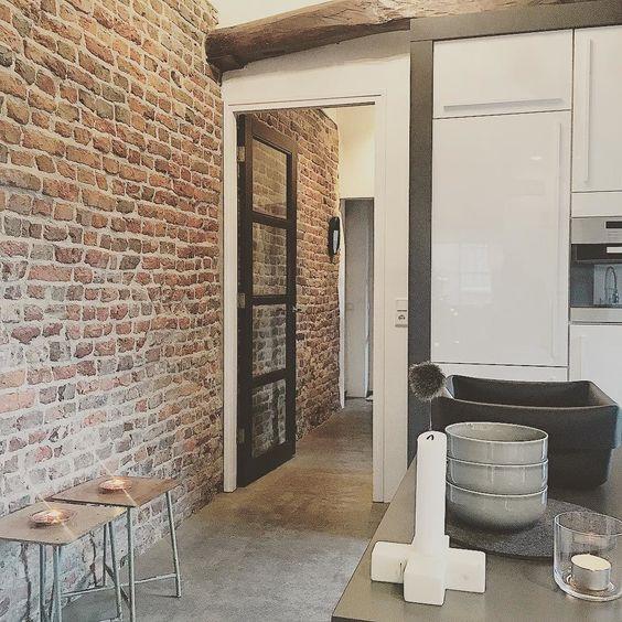 Gezelligheid thuis in de keuken #betonvloer #keuken #oudemuur ...