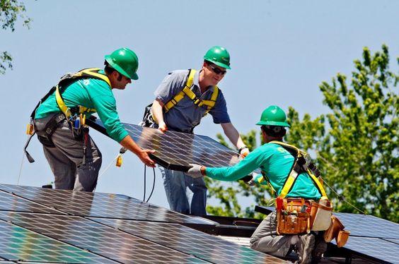 Eine Solaranlage wird auf einem Dach angebracht: Die Straße soll laut SolaRoad 30 Prozent weniger Energie als eine Anlage auf einem Hausdach produzieren. Solarmodule auf dem Dach erzeugen mehr Strom, weil sie nach der Sonne ausgerichtet werden können.