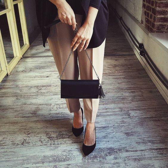 """Очень стильная, женственная сумочка """"Элис"""". В черном цвете она приобретает особый шарм◼️◾️▪️ """"Элис"""" - это не просто сумка, это полноценный трансформер🙊 Из элегантного клатча на цепочке, она волшебным движанием превращается в стильную напоясную или нагрудную сумку. Цена - 1700 грн В сумочке вас ждут сюрпризы: браслет """"Косичка"""", блокнотик, холдер для наушников и ремешок для ключей:) #BlankNote#fashion#woman#girl#style#elegance#amazing#beautiful#leather#сумка…"""