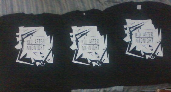 """Rio After Midnight ESTAMPARIA: Arte final. Telas sob encomenda. Estampas de/em camisas masculinas e femininas (e outros materiais). Fornecemos as camisas ou estampamos a sua própria. Personalizamos e estampamos a sua ideia: imagem, frase ou logo preferido. Envie a sua ideia ou escolha uma das """"nossas"""".... Blog: http://knupsilk.blogspot.com.br/ Pagina facebook: https://www.facebook.com/pages/KnupSilk-EstampariaSerigrafia/827832813899935?pnref=lhc https://twitter.com/KnupSilk"""