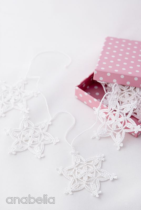 In love with this white snowflakes garland <3