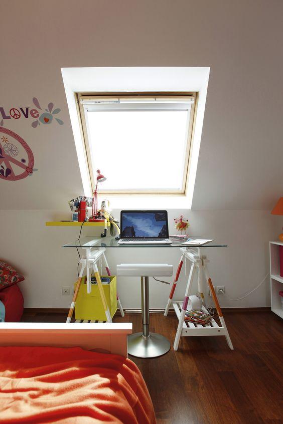 Des Treteaux D Architecte Et Un Plateau En Verre Pour Un Bureau Pratique Decoration Bureau Enfant Et Habitation Moderne