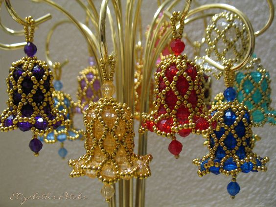 Sininhos de Natal feitos com miçangas e pedrarias.   www.ldicristais.com.br