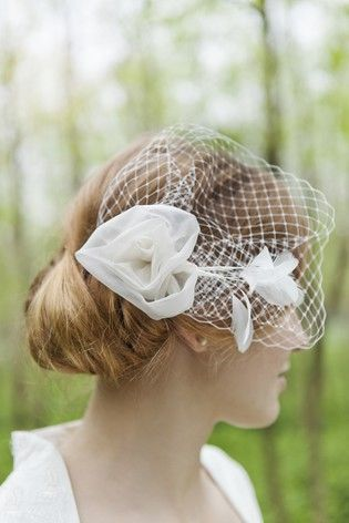 headpiece, fascinator mit rose aus seidenorganza, hut schleier und federn (www.noni-mode.com - Photo: Hanna Witte)