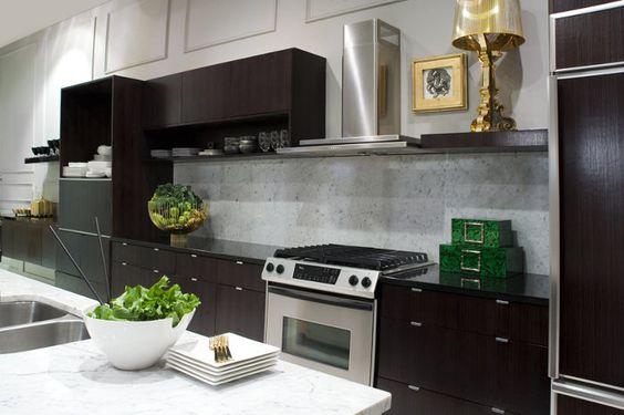 Bourgie Tischleuchte von Kartell. Ein Hauch goldener Zeiten in einer ansonsten funktional edlen Küche! Die Diva unter den Leuchten passt zu jedem Stil, weil sie sich einfach über alles mit einem Lächeln hinwegsetzt: http://www.ikarus.de/bourgie-tischleuchte.html