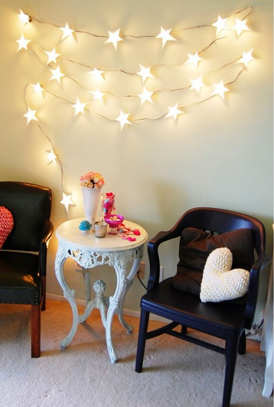 Nos encantan las luces y más en esta época. Se acerca navidad y siempre sobran luces. Si quieres renovar algún espacio de tu casa, ya sea para el dormitorio de los niños o para decorar alguna pared. Tenemos este DIY super fácil para que adornes esas aburridas luces. ¡Te encantará! Necesitas:�…