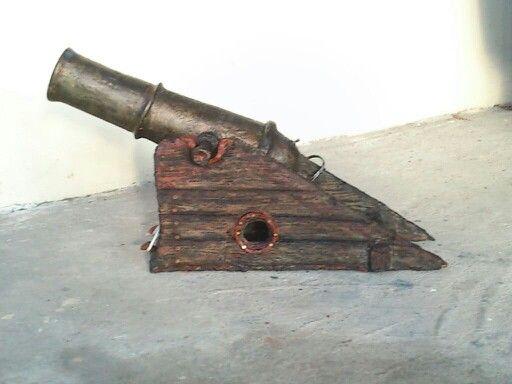 Cañón de piratas. Es lanpara y es hecho de papelmache de pedrocamon