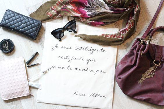 Tote bag Citation Paris Hilton, avec tous les indispensables d'une femme.  Tote bag disponible sur l'e-shop ici: http://tote-the-bag.fr/tote-bag-citation/11-tote-bag-paris-hilton.html