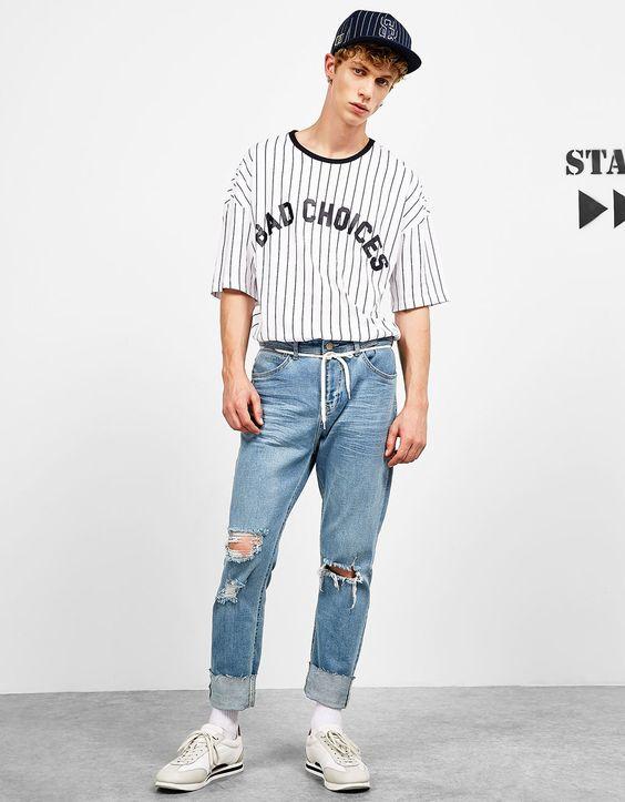 Tシャツ×クラッシュデニム×白スニーカー