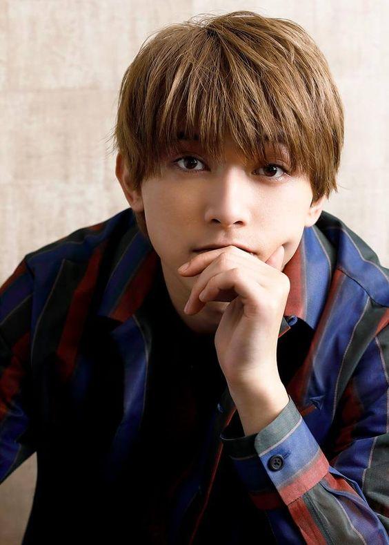 真剣な表情をしている吉沢亮の高画質画像