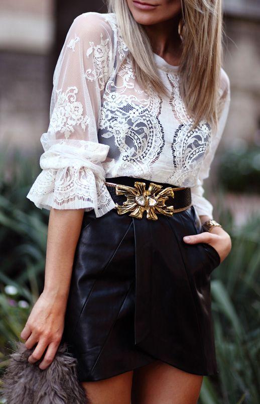 Transparencias de encaje, falda de piel y cinturón con detalles dorados.: