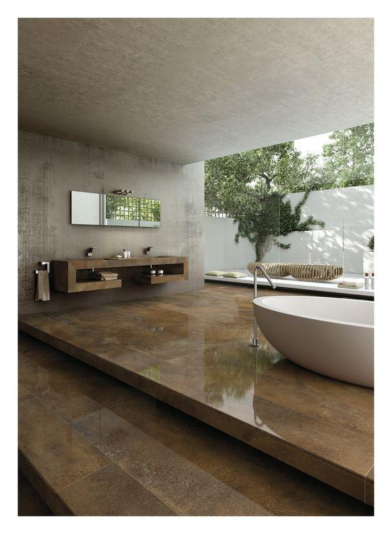 Ta in industrilooken i badrummet genom en kombination av betong, eller varför inte klinkerplattor med betongoptik, och klinkerplattor som ser ut som metall.