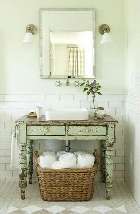 Mocht je ergens zo'n tafeltje op de kop weten te tikken valt er een prachtig badkamermeubel van te maken!