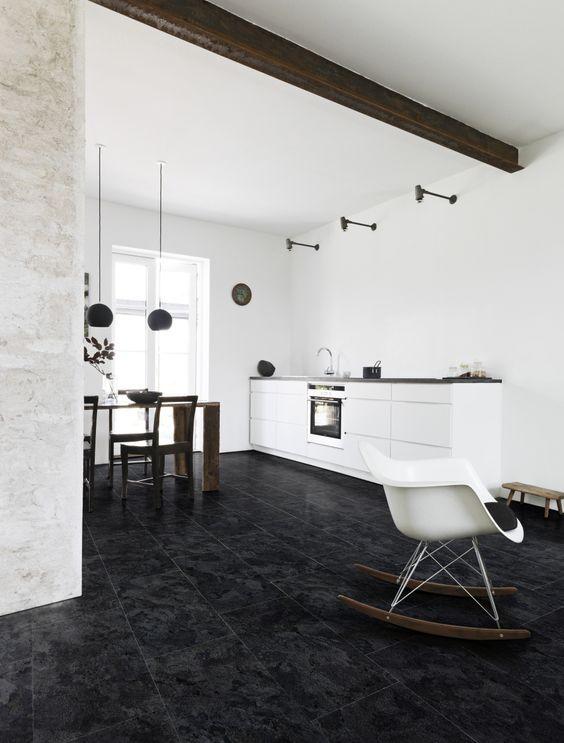 Bestel tot 6 GRATIS stalen via handyfloor.nl | Dark slate Pvc click laminaat tegels | €29,95 / m² | Strak, luxueus en hygiënisch oogt deze leistenen vloer. Het geeft een sprekend contrast met lichte meubelen. Mooi door zijn eenvoud!