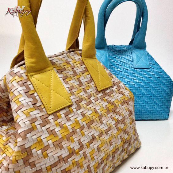 Bolsas femininas confeccionadas artesanalmente com tiras de couro (trêsse).