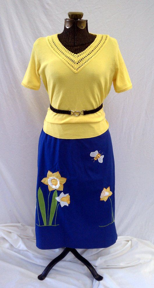 1970's Blue Daffodil and Bee skirt $19