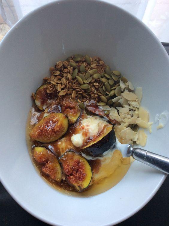 Yogourt grec avec figues caramélisés amandes et graines de citrouille