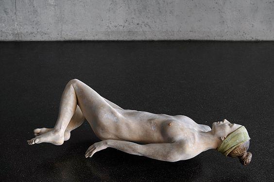 Hnee möchte ich liegen 2014 - Talla en madera de tilo.limewood Obra del escultor italiano Bruno Walpoth. Escultor italiano. Esta pieza ha llamado mi atención por su acabado, el cual, aporta un resultado cargado de absoluto realismo.