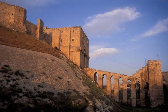 Das Wahrzeichen Aleppos ist die mächtige Zitadelle, die im 15. Jahrhundert ihre jetzige Gestalt erhalten hat. (Bild: Imago)
