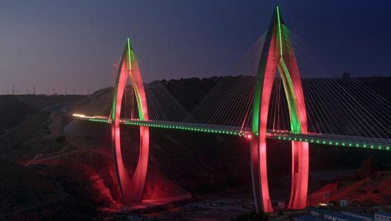 Die kürzlich fertiggestellte Brücke Mohammed VI außerhalb der marokkanischen Hauptstadt Rabat strahlt durch unzählige LED-Leuchten. Sie ist die längste Schrägseilbrücke Afrikas. | Bildquelle: AP