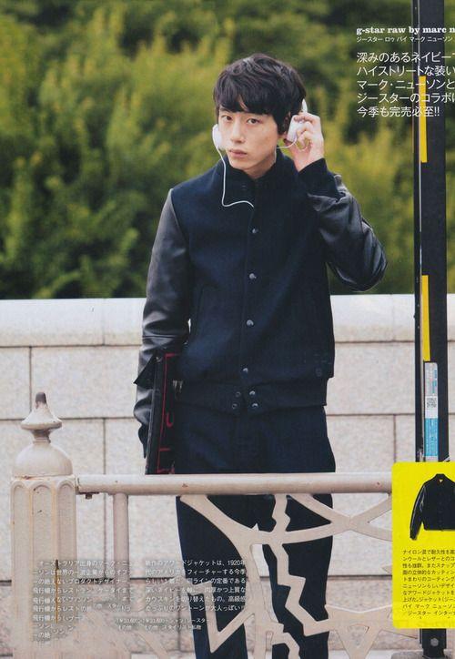 知的なダークカラーコートの坂口健太郎のファッション