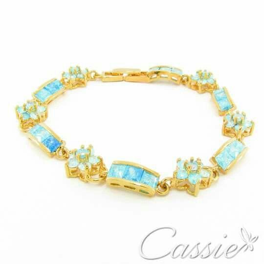 Pulseira Zircônias Vert folheada a ouro com zircônias. Temos também em zircônias brancas.  ╔═══════════════════╗ #Cassie #semijoias #acessórios #moda #fashion #estilo #inspiração #tendências #trends #brincos #Anel  #pulseirismo #folheado #dourado #anelcoroa #colar #pulseiras #zirconia #berloques #charms # # #