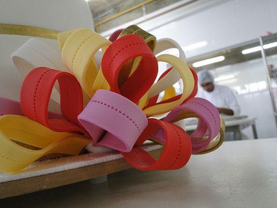 Bolo com laços coloridos!  www.nininhasigrist.com.br