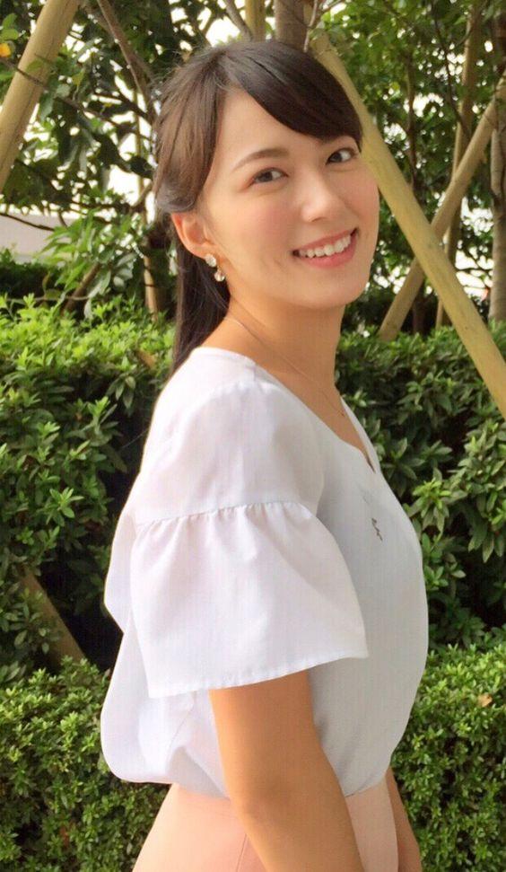 阿部華也子白いトップスで清楚なファッション