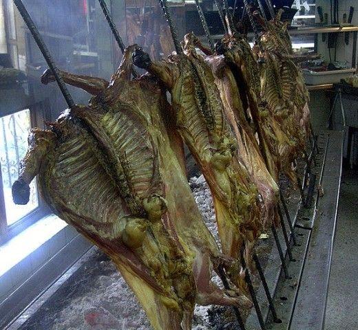 El cabrito es muy popular el México (especialemnte el cabrito coahuilense y neoleonense), El cabrito al pastor, se asa lentamente  con brasas de carbón  insertando el cabrito  una varilla de metal longitudinalmente.   Esta receta de Cabrito al pastor es un plato cuyo origen es  la ciudad de Monterrey, Nuevo León. Se hace con un cabrito lechal de 30 a 40 días antes de que comience a comer pasto. Como he dicho el cabrito se abre en canal y se atraviesa por una varilla de metal. Lleva una sazón…