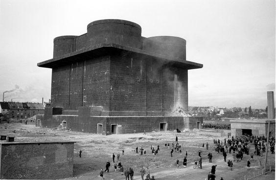 Bunker | Der Bunker wird gesprengt, ein Versuch von 1947.