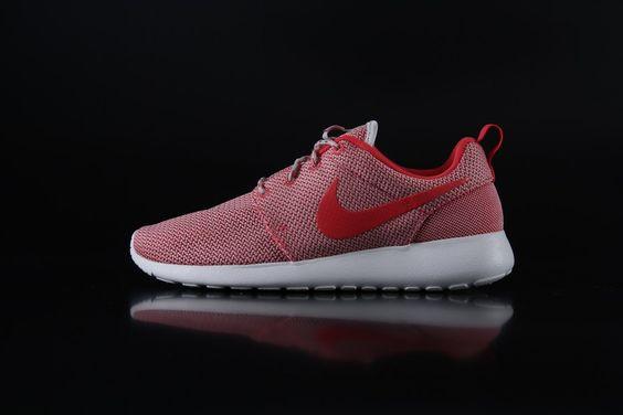 Nike RosheRun Sneaker Womans