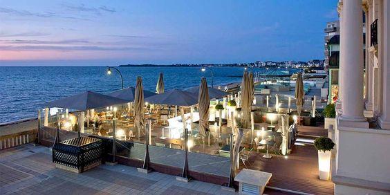 Terrasse de nuit - Le Grand Hôtel des Thermes - 5 étoiles - Saint-Malo #terrace #restaurant #outdoor #seafront #hotel #bretagne #brittany #france