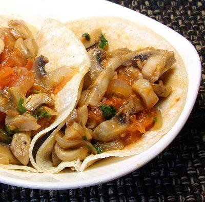 Champiñones a la mexicana (con jitomates, chile, cebolla).  Sabrosos en tacos, tostadas, quesadillas, empanadas o simplemente solos. //  Mushrooms a la mexicana (with tomato, chile, cebolla).  Delicious in tacos, tostadas, quesadillas, empanadas or simply by themselves.