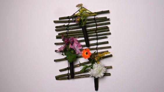 Eine Wanddekoration für die Küche oder Flur wird dir in diesen Beitrag vorgestellt. Hierfür benötigst du: 14 gerade Weiden- Ast- Teile ohne Verzweigungen etwa 30cm Lang, Wollfaden (Braun oder Schwarz), drei Röhrchen (Orchideenröhrchen), Silberdraht und Sekundenkleber. Die Gestaltung der Röhrchen kann je nach Jahreszeit unterschiedlich ausfallen. Wir haben uns jetzt für einfache Gartenblumen entschieden, ihr könnt selbstverständlich auch Anthurien oder Orchideen verwenden, je nach deinen…
