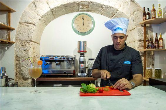 El chef preparando