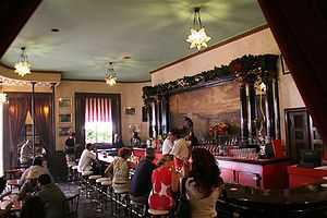 """El Floridita, es un bar y restaurante de la ciudad de La Habana, Cuba, que funciona desde 1817 y se hizo mundialmente famoso gracias al escritor y periodista Ernest Hemingway, quien acostumbraba visitarlo con regularidad.    Su eslogan es """"La cuna del daiquiri"""" y el propio Hemingway acrecentó su fama con una frase que atrajo a turistas de todo el planeta:        """"Mi mojito en La Bodeguita, mi daiquiri en El Floridita""""."""
