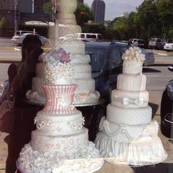 Love the vintage look and style of these gorgeous wedding cakes!