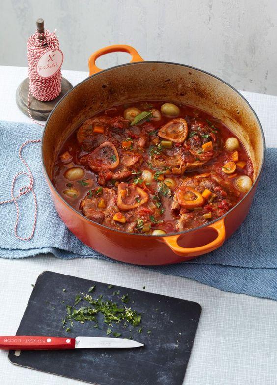 Rezept für Ossobuco mit Gremolata bei Essen und Trinken. Und weitere Rezepte in den Kategorien Gemüse, Kalb, Kräuter, Alkohol, Hauptspeise, Kochen, Schmoren, Einfach, Gut vorzubereiten.