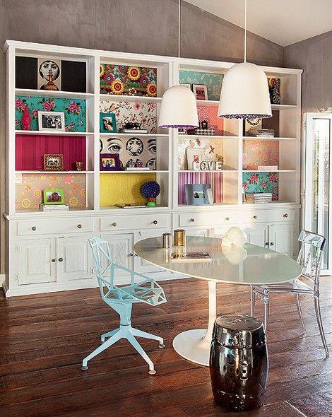 A estante pintada de branco tem nichos com diferentes retalhos de papéis de parede. Boa dica para quem quer mais cor na casa, mas está com medo de ousar. Projeto da arquiteta Andrea Murao: