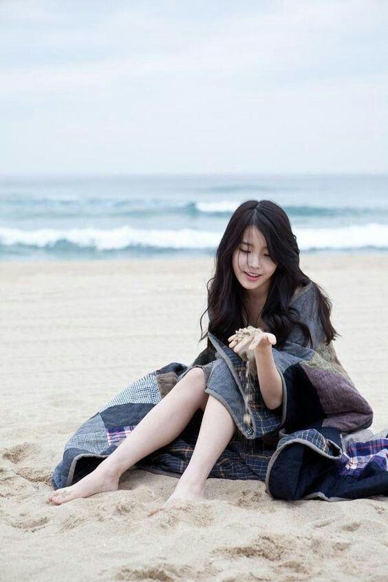 IU海辺でのんびり過ごすかわいい画像