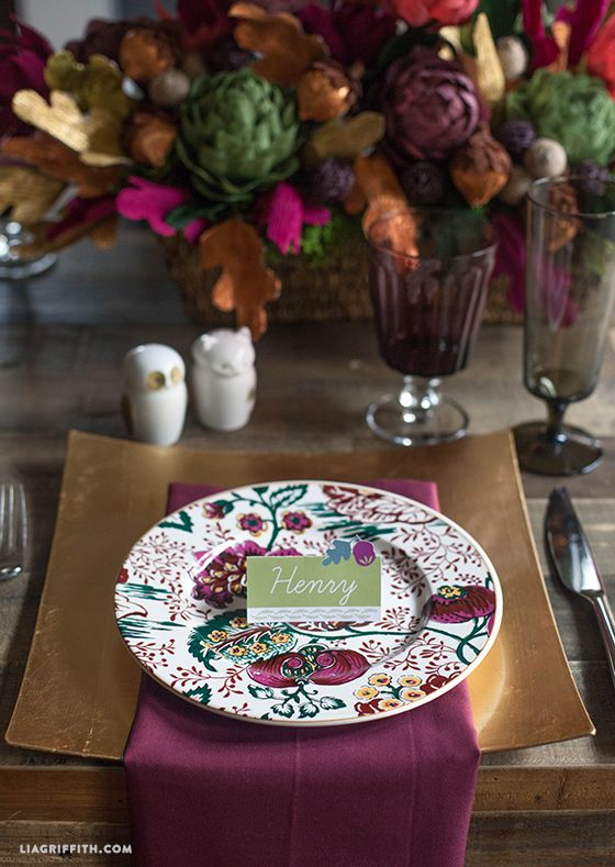For my Thanksgiving table I will be adding these pretty acorn topped place cards. These pretty place cards are ready for you to download and add your own names. #tabledecor #freeprintable
