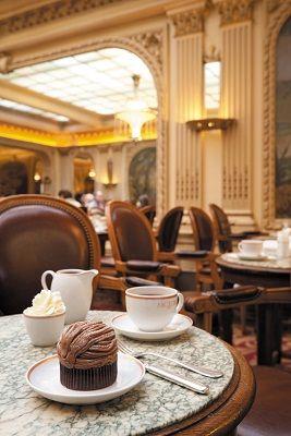 humm....Salon de thé et restaurant Angelina 226 rue de Rivoli, 75001 Paris. Situé vraiment près du Jardin des Tuilleries. La spécialité de la maison est le chocolat chaud, que l'on boit dans la salle au décor Belle Époque, conçu par l'architecte Edouard-Jean Niermans, avec notamment une grande verrière. Du lundi au vendredi, de 7h30 à 19h. Les samedi et dimanche, de 8h30 à 19h. Proust et Coco Chanel ont fréquenté ce lieu