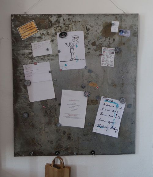 DIY - Pinnwand aus altem Ofenblech (Upcycling)  https://inspirationenblog.com/2016/04/18/diy-pinnwand-aus-altem-ofenblech-upcycling/